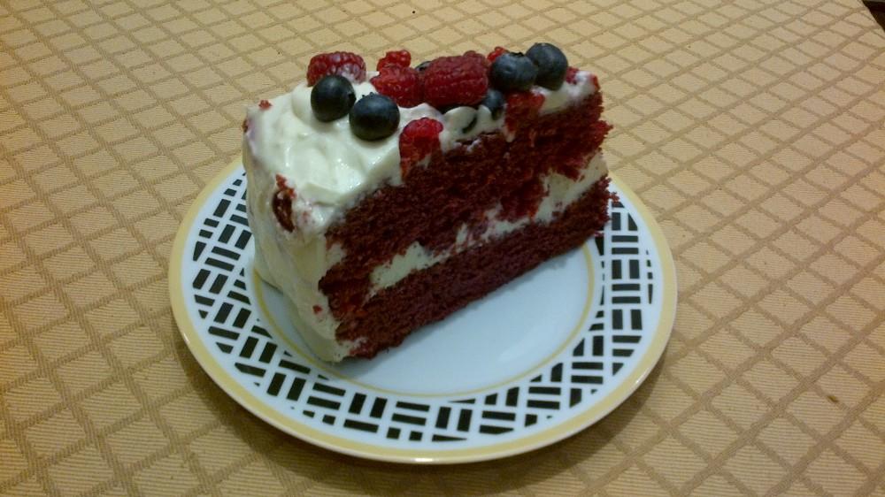 Red velvet cake with blueberries and rasberries (3/3)