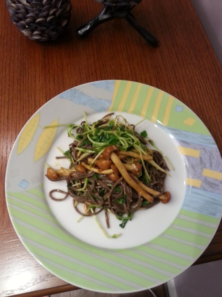 Soba noodles with pea shoots and shimeji mushrooms (1/3)